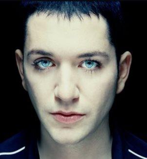 Брайан Молко, вокалист группы Placebo, открытый бисексуал.