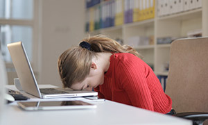 Наиболее распространенные побочные эффекты бензодиазепинов связаны с их седативным и мышечно-релаксирующим действием. Они включают сонливость, головокружение, снижение внимания и концентрации