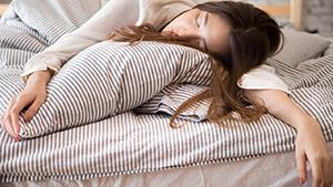 Быстрый сон (REM-сон) представляет собой уникальную фазу сна млекопитающих, характеризующуюся случайным движением глаз, низким мышечным тонусом по всему телу и способностью спящего видеть сны