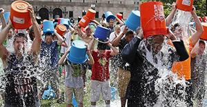 """В августе 2014 в интернете прошла акция в поддержку людей с заболеванием бокового амиатрофического синдрома, под названием """"ALS Ice Bucket Challenge""""(испытание ведром ледяной воды)"""