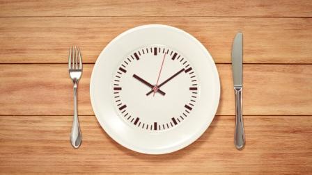Краткосрочное голодание – это не диета, а рацион, который подразумевает ускорение потери жира и прирост мышечной массы по сравнению с традиционным рационом.