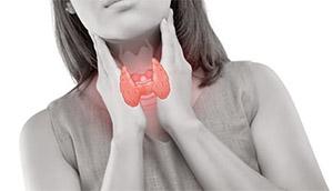 Гипотиреоз представляет собой распространенное эндокринное заболевание, при котором щитовидная железа не вырабатывает достаточное количество гормонов щитовидной железы