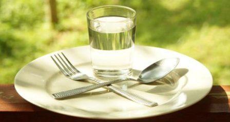 Голодание - это воздержание от употребления или сокращение употребления некоторых или всех видов продуктов питания (и напитков), в течение определенного периода времени.