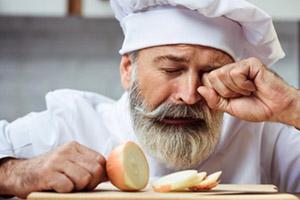 Лук выделяет определенные соединения, которые приводят к раздражению слезных желез в глазах