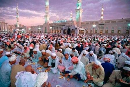 Коллективный прием пищи после окончания Рамадана, Дубаи, 2014 год