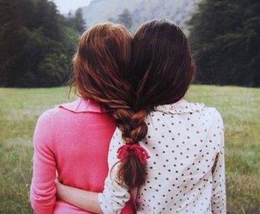 Менструальная синхронность - это процесс, в ходе которого женщины, которые начинают жить вместе в непосредственной близости друг от друга, испытывают изменения в менструальных циклах, становящихся ближе друг к другу во времени, чем это было ранее.