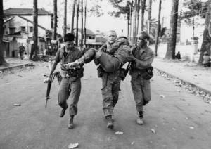 Война - основной триггер для развития посттравматического стрессового расстройства. На снимке - солдаты во время войны во Вьетнаме 1975 года