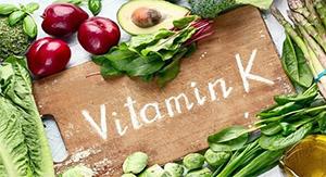 Витамин Д действует в синергии с витамином К, т.к. они оба оказывают схожие эффекты на сердечно-сосудистую систему и костную ткань